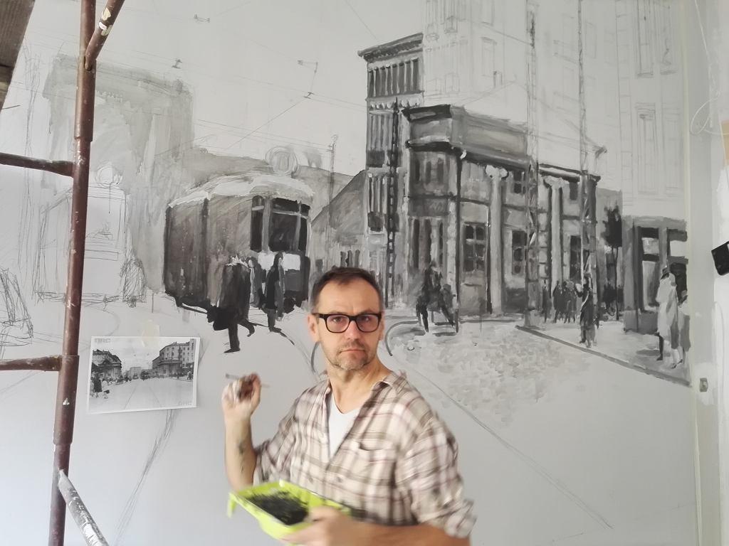 Jarek Malicki zaczyna właśnie pracę nad muralem w Cafe PoWoli na ul. Smoczej 3 / materiały promocyjne