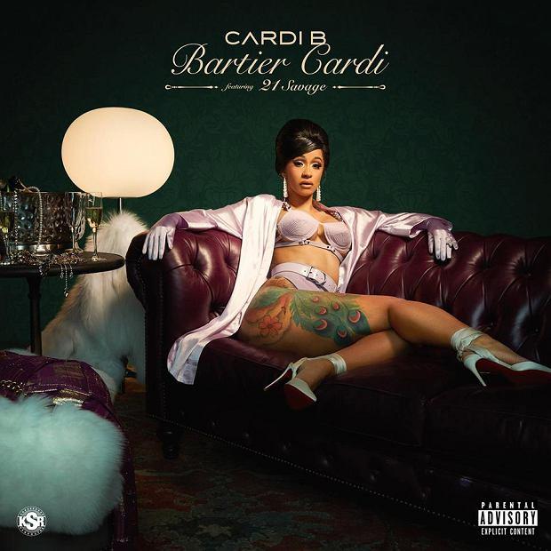 """Cardi B to raperka ze Stanów Zjednoczonych, która zasłynęła przebojem """"Bodak Yellow. Dzięki temu hitowi ustanowiła właśnie nowy rekord na prestiżowej liście Billboardu. Artystka jest pierwszą kobietą w historii, której aż pięć piosenek znalazło się jednocześnie w pierwszej dziesiątce zestawienia Billboard Hot R&B/Hip-Hop Songs. Wcześniejszy kobiecy rekord należał do Beyoncé."""