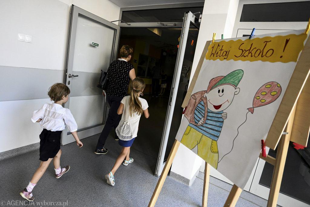 Od pierwszego dnia w szkole nauczyciele mają za zadanie nie tylko uczyć, ale i dbać o bezpieczeństwo dzieci (fot. Adam Stępień / Agencja Gazeta / zdjęcie ilustracyjne)