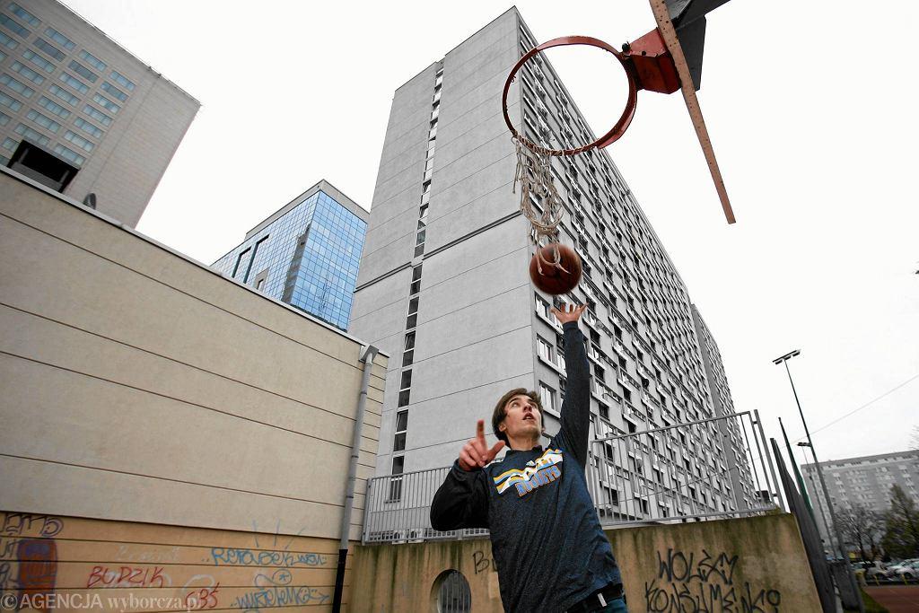 Rafał Juć na boisku przy Grzybowskiej, gdzie zaczynał grać w koszykówkę