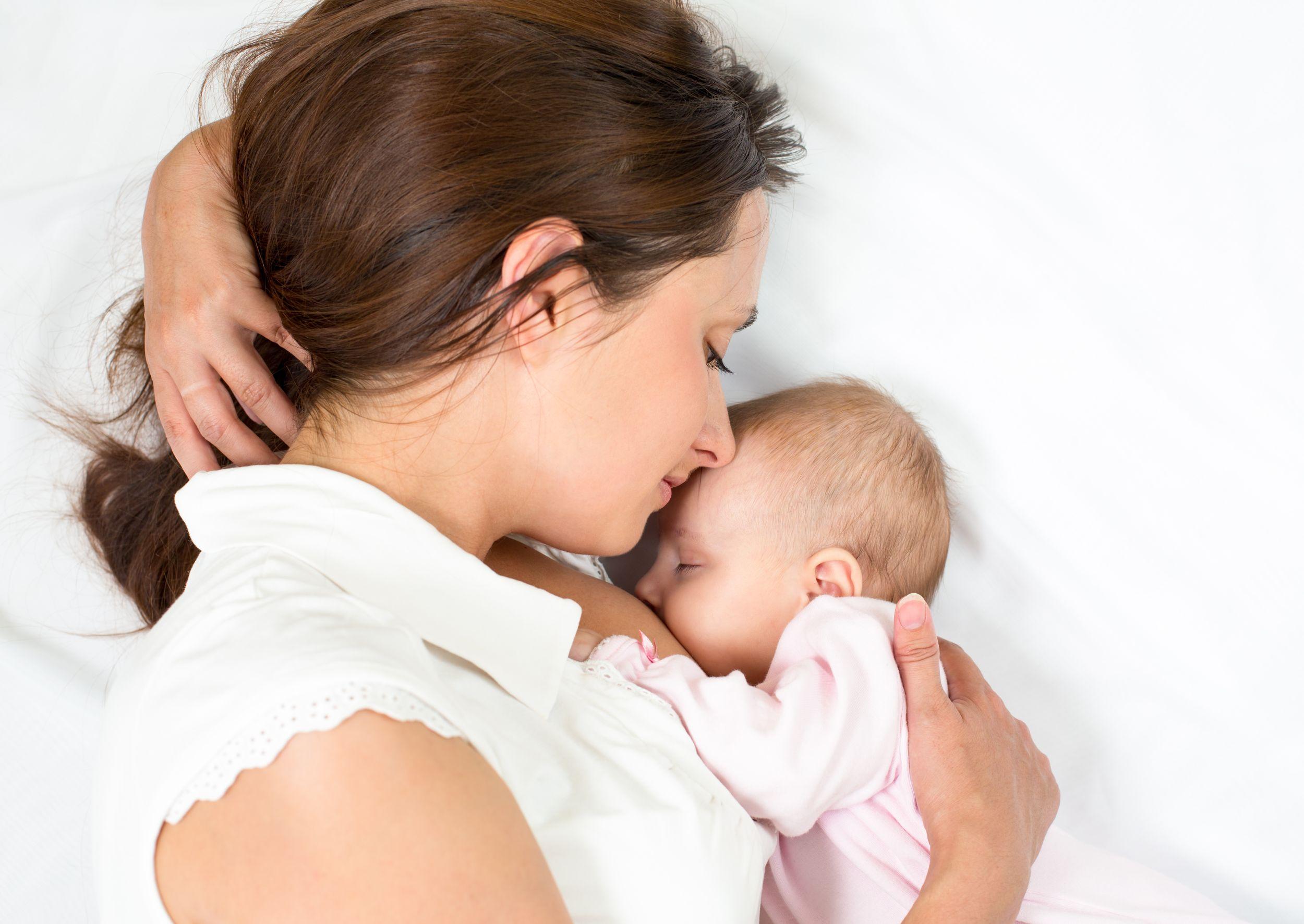 Specjaliści zwracają też uwagę na korzyści, jakie niesie za sobą karmienie piersią (fot. Shutterstock)