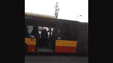Autobus jedzie z otwartymi drzwiami