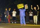 Drugi dzień zamieszek po śmierci czarnoskórego nastolatka. Policja użyła gazu łzawiącego