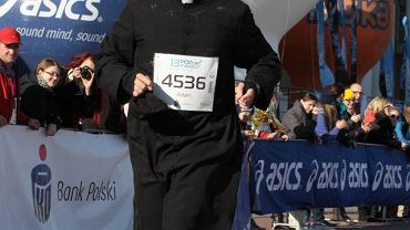 Ksiądz Adam Pawłowski podczas Poznań Maratonu