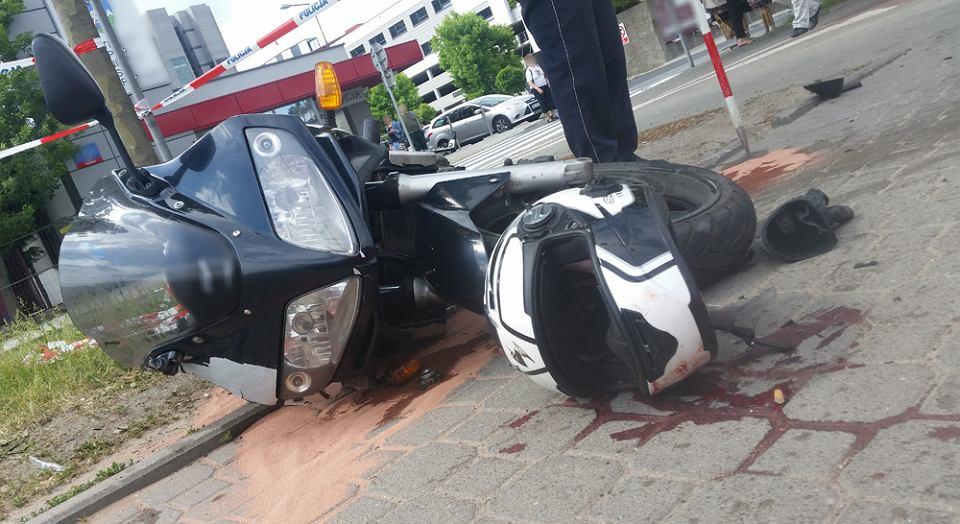 Tragiczny wypadek na Mokotowie. Motocyklista zmarł na miejscu