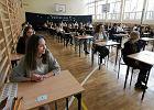 Wyniki egzaminu gimnazjalnego. MEN: Gimnazjali�ci zdobyli �rednio 62 proc. pkt z polskiego i 48 proc. z matematyki