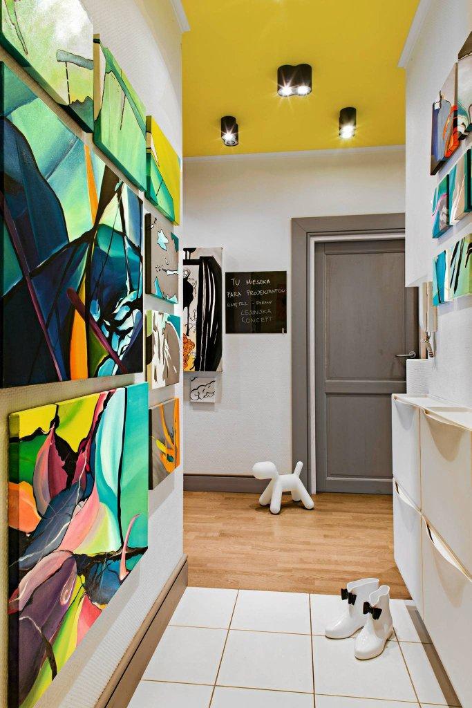 W przedpokoju przy drzwiach wisi tablica, na której gospodarze pozostawiają sobie liściki i informacje. Spokoju w?mieszkaniu pilnuje... biały piesek Magis Puppy (Eero Aarnio) - ulubiona designerska maskotka, prezent od przyjaciół.