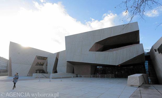 30.11.2015 Torun . Budynek . Zwiedzanie przez mieszkancow Torunia Centrum Kulturalno - Kongresowego