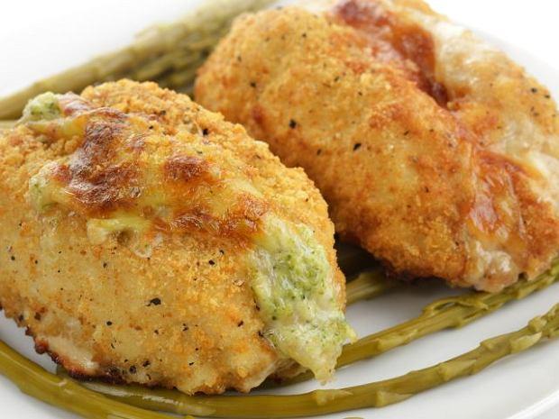 Piersi z kurczaka z farszem brokułowo-serowym i boczkiem