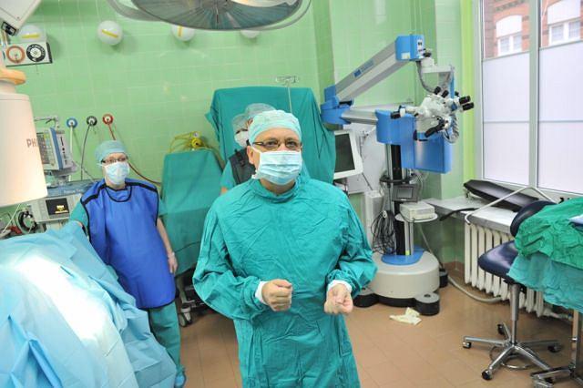 W listopadzie minie rok od pierwszego w Polsce i jednego z pierwszych na świecie zabiegu wszczepienia komórek macierzystych choremu ze stwardnieniem zanikowym bocznym. Na zdjęciu prof. Wojciech Maksymowicz
