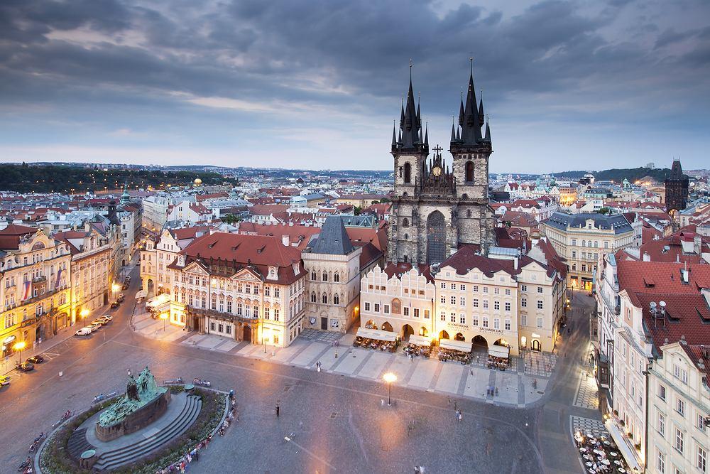 Czechy Praga. Praga żyje dzień i noc. O każdej porze prezentuje się zjawiskowo, o czym przekonacie się po wejściu na wieżę jednego z praskich kościołów lub na wzgórze zamkowe w królewskiej dzielnicy Hradczany.