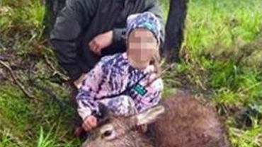 "Ojciec i c�rka upolowali jelenia. 8-latka na zdj�ciu gryzie ""ciep�e, dr��ce serce"""