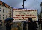 """W Ko�ciele msza w intencji ofiar, a obok transparenty: """"Czas oczy�ci� Polsk� z POp�uczyn!"""""""