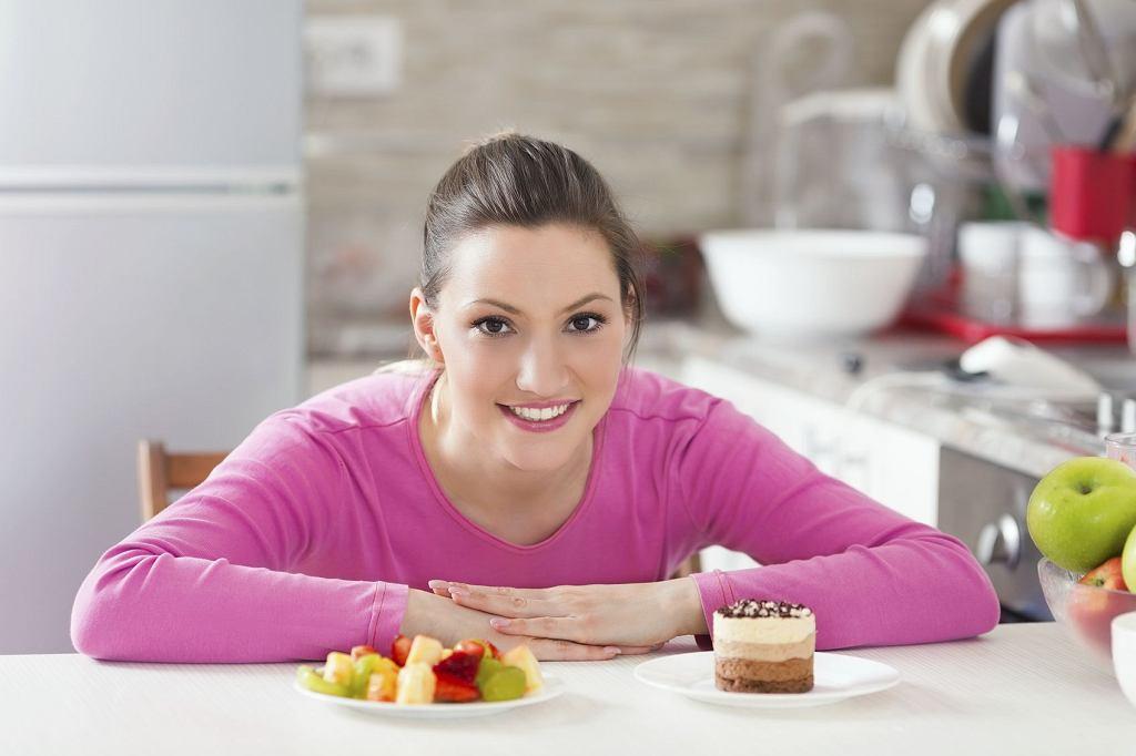 Dieta po porodzie: Jeśli karmisz piersią, a w twojej rodzinie nie ma alergików, staraj się jeść normalnie. Nie ma żadnego sensu wprowadzanie diety eliminacyjnej na wszelki wypadek