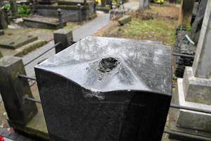 Policja odnalaz�a rze�b� skradzion� z nagrobka Krzysztofa Kie�lowskiego