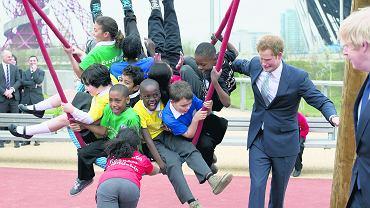 Książe  Harry podczas wizyty w Queen Elizabeth Park