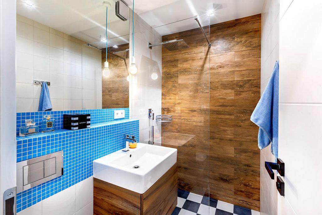 W łazience wprowadzono mozaikę w kolorze niebieskim o zbliżonym odcieniu co szafki w kuchni.