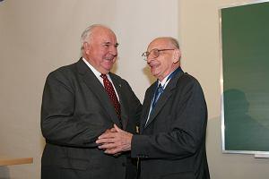 Helmut Kohl: Bartoszewski zmar� tak, jak �y� - w walce o wolno��