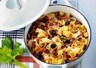 Tu�czyk, oliwki, warzywa, twardy ser, no i makaron.  Oto recepta na pyszny obiad
