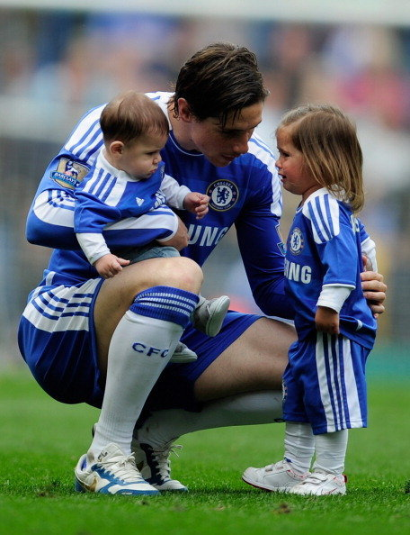 LONDON, ENGLAND - MAY 15:  Fernando Torres of Chelsea talks to his daughter Nora after the Barclays Premier League match between Chelsea and Newcastle United at Stamford Bridge on May 15, 2011 in London, England.  (Photo by Chelsea FC/Chelsea FC via Getty Images)