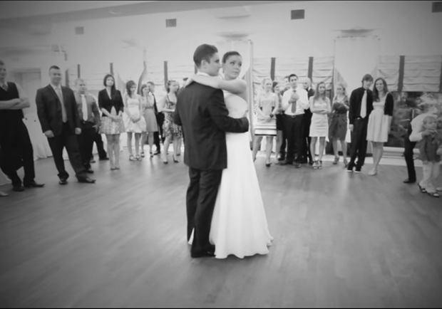 Przez pierwszą minutę para tańczyła sama