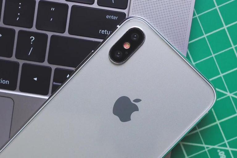 Makieta iPhone'a 8 stworzona na podstawie informacji zawartych w oficjalnych dokumentach dotyczących oprogramowania.
