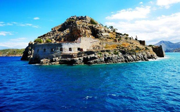 Spinalonga. Na tę wyspę można było przyjechać w odwiedziny. Ale jeśli ktoś do zmierzchu nie zdążył odpłynąć, zostawał tu na zawsze