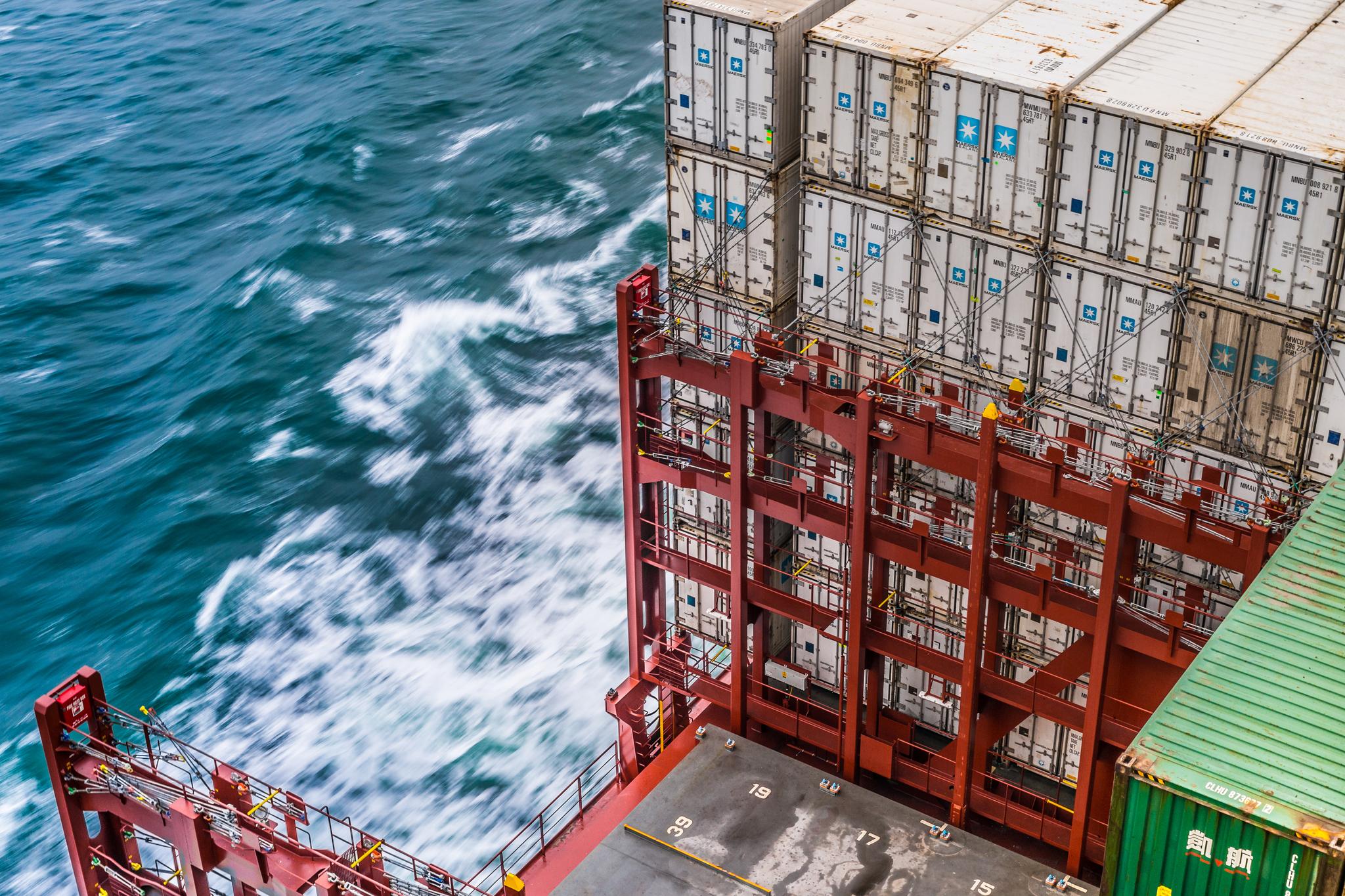 Widok z mostka na kontenery ulokowane na pokładzie Mayview Maersk, na pierwszym planie pokrywa ładowni (fot. Robert Urbaniak)