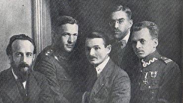 Członkowie Centralnego Oddziału Lotnego. Od lewej: Tadeusz Szturm de Sztrem 'Mały', Tadeusz Herfurt 'Jan', Józef Kobiałko 'Walek', Kazimierz Bagiński 'Florek', Marian Zyndram-Kościałkowski 'Orwicz'