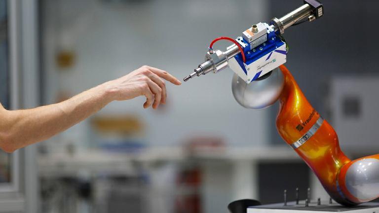 Wiele czynności będą wykonywać roboty albo sztuczna inteligencja. A człowiek ustawicznie kształcony musi przynieść miękkie umiejętności, których nie ma żadna maszyna
