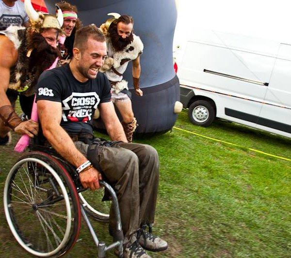 Od dziesięciu lat porusza się na wózku. Ale bardzo ekstremalnie!