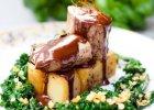 Paleta Bieli: polędwica wieprzową z kolendrą i pieprzem młotkowanym, kwadraciki z ziemniaków z tymiankiem, solą morską i pieprzem młotkowanym podane z sosem czekoladowym z miodem i kardamonem mielonym i jarmuż z soczewicą czerwoną. - Zdjęcia