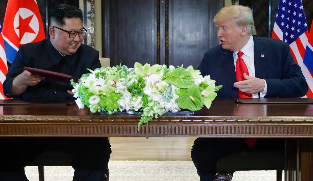 Podpisanie dokumentów przez Kim Dzong Una i Donalda Trumpa na szczycie w Singapurzer