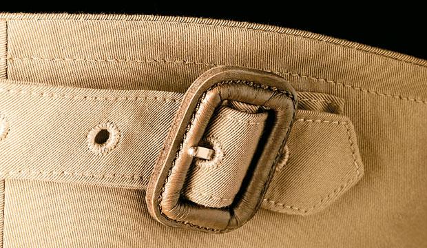 Logo z klasą, moda męska, styl, Burberry: historia angielskiej kratki, Z tyłu kołnierza patka ze sprzączką, którą można odpiąć i przypiąć z przodu