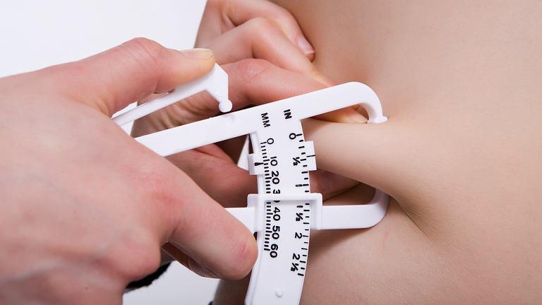 Tkanka tłuszczowa niezbędna do prawidłowego funkcjonowania organizmu, jednak jej nadmiar jest niekorzystny dla zdrowia i zwiększa ryzyko zachorowania na takie choroby jak cukrzyca czy miażdżyca