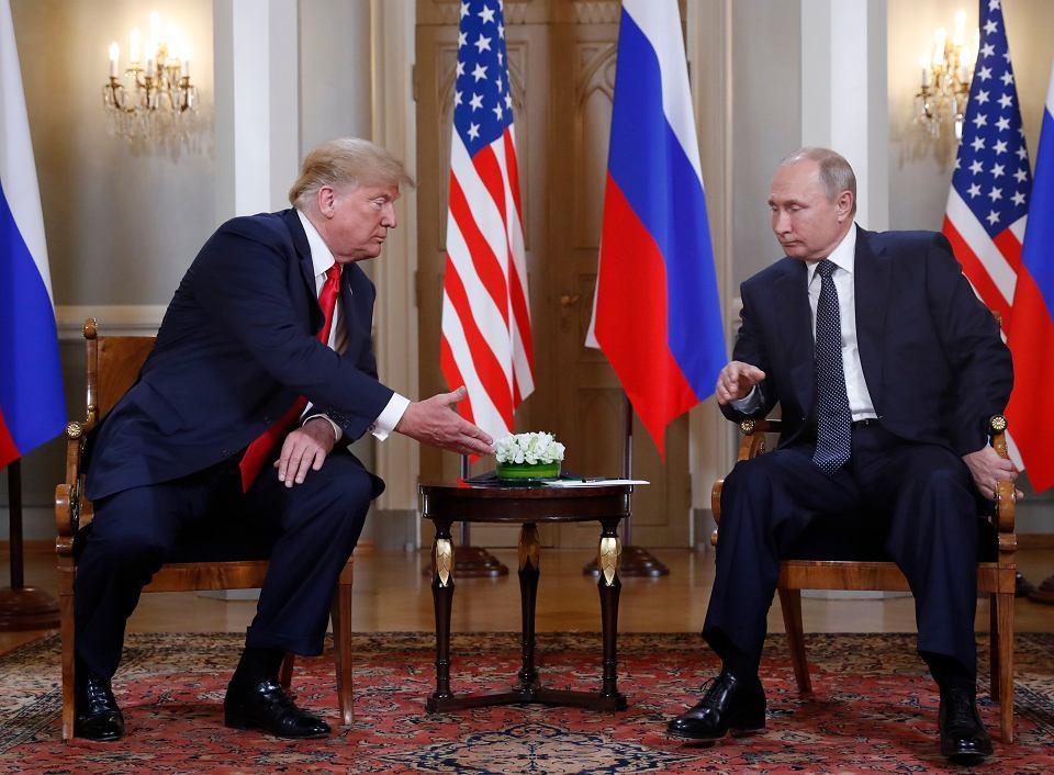 Donald Trump i Władimir Putin rozpoczynają spotkanie w pałacu prezydenckim w Helsinkach, 16 lipca 2018 r.