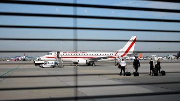 Embraer 175 czarterowany od LOT-u, którym obecnie podróżują oficjele państwowi. Były szef MON Tomasz Siemoniak określił w TVN24 zakup trzech samolotów Boeing bez przetargu jako 'aferę', której wymiar wynosi 2 mld złotych. Jego zdaniem kierownictwo MON wybrało 'bardzo ryzykowną drogę prawną'. W poniedziałek Krajowa Izba Odwoławcza orzekła, że transakcja została przeprowadzona z naruszeniem prawa. Wcześniej jednak w piątek wydała jednak zgodę na zawarcie umowy przed rozstrzygnięciem.