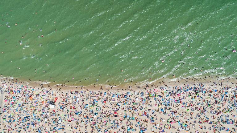 Plaża Władysławowo. Na zdjęciu projektu Bałtyk dobrze widać, jak tłoczno może być nad polskim morzem