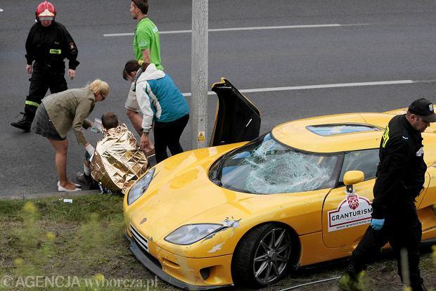 Samoch�d wpad� w t�um na Gran Turismo w Poznaniu, 19 os�b rannych