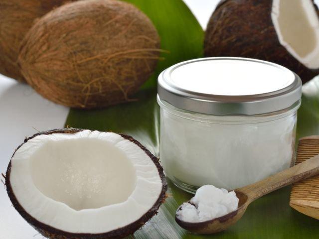 Choć nazywa się go olejem, tłuszcz kokosowy ma zwykle postać stałej masy, z wyglądu przypominającej smalec.