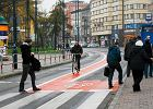 Wreszcie powstan� �luzy rowerowe. Cyklista ustawi si� przed samochodem