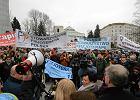 Warszawa. Fizjoterapeuci protestują przeciwko zamrożeniu ustawy o ich zawodzie [WIDEO]