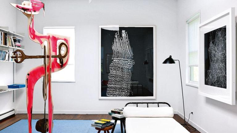W sypialni gościnnej rzeźba kalifornijskiego artysty Aarona Curry. Na ścianie grafika duetu Langlands & Bell.  Przy leżance Jaquesa Adneta (projekt z ok. 1950 r.) lampa z lat 50. kupiona na pchlim targu, na ścianie dzieło Sigmara Polke z 2006 r.