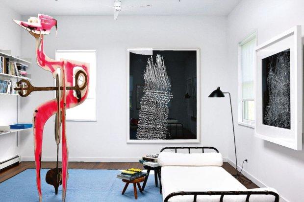 W sypialni go�cinnej rze�ba kalifornijskiego artysty Aarona Curry. Na �cianie grafika duetu Langlands & Bell.  Przy le�ance Jaquesa Adneta (projekt z ok. 1950 r.) lampa z lat 50. kupiona na pchlim targu, na �cianie dzie�o Sigmara Polke z 2006 r.