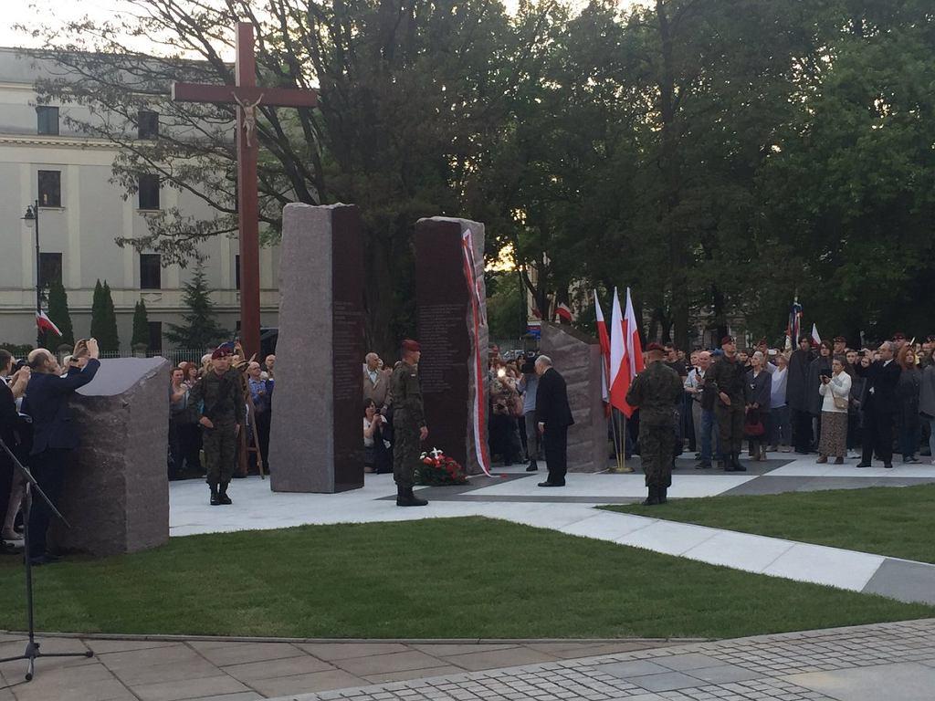 Jarosław Kaczyński składa kwiaty pod pomnikiem Ofiar Katastrofy Smoleńskiej w Łodzi.