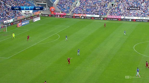 Ofensywa Lecha wysoko - czterech zawodników na połowie rywali. Formacje bardzo rozciągnięte, Wisła jest zmuszona grać długą piłką.