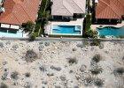Susza w Kalifornii z lotu ptaka. Znikają trawniki, mieszkańcy muszą zużywać 25 proc. mniej wody