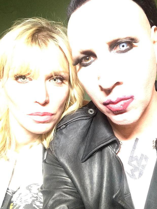 """Krótki, 10 sekundowy klip jest częścią nowego teledysku Mansona """"Tattooed In Reverse"""", który ma ukazać się już wkrótce. Utwór pochodzi z płyty """"Heaven Upside Down"""" wydanej w październiku 2017 roku, która zdobyła bardzo dobre recenzje."""
