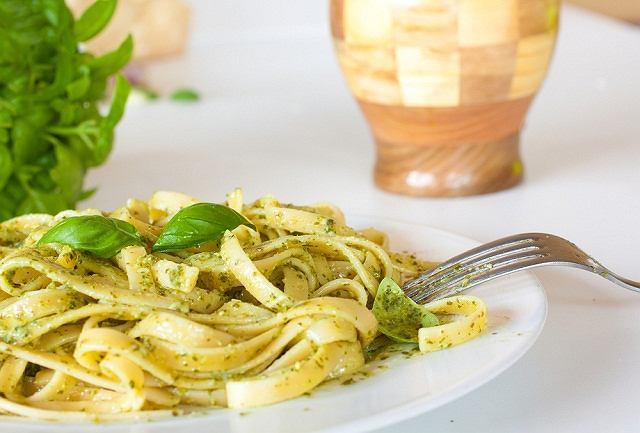 Króluje jako dodatek do makaronu, kiedy czasu ma³o, a chcia³oby siê zje¶æ co¶ aromatycznego. Ten w³oski sos wystêpuje w wielu wariantach smakowych i kolorystycznych, ale my skupimy siê na tym najpopularniejszym - bazyliowym pesto. Jest smaczne, efektowne i nie wymaga wielkich umiejêtno¶ci kulinarnych.