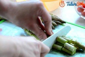Łatwy przepis na sałatkę ze szparagami i serem feta